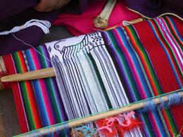 Compra de artesanía en Centro Artesanal y Textil de Taquile